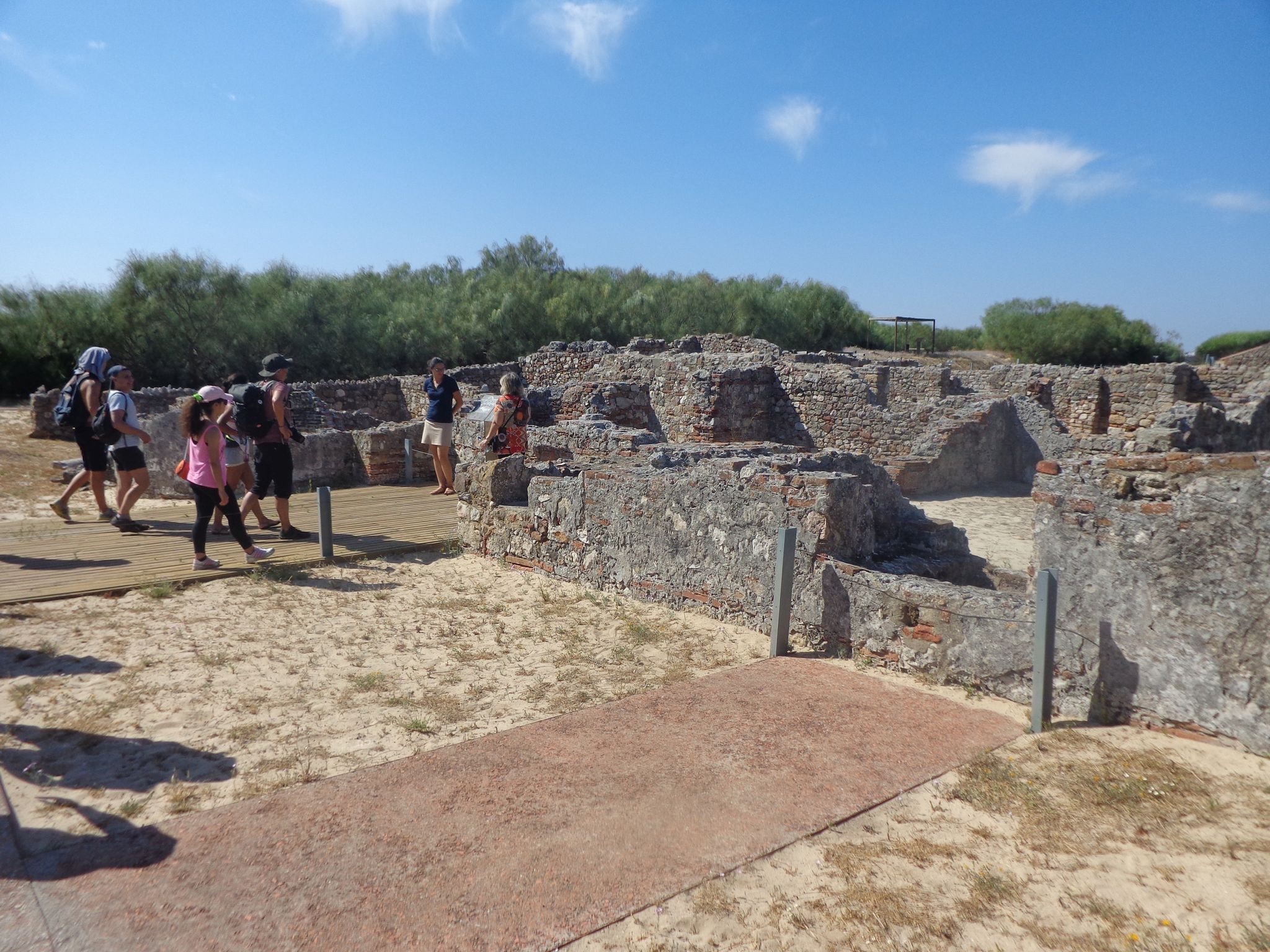 Grupo de pessoas a caminhar pelas ruínas romanas de Troia