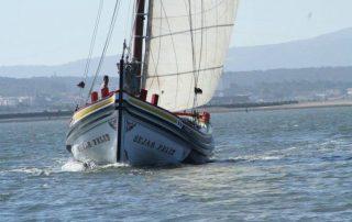 passeio barco rio tejo lisboa por-do-sol caminhando-2