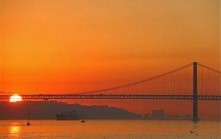 passeio barco rio tejo lisboa por-do-sol caminhando-7