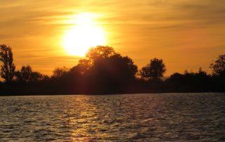 passeio barco escaroupim por do sol caminhando-16