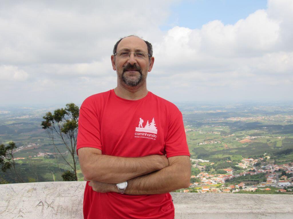 Guia José Rodrigues caminhando